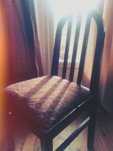 Serviette sur chaise